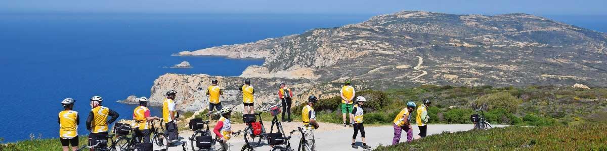 Groupe avec vélo électrique pendant voyages activement