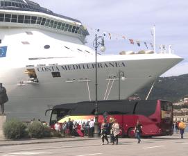 Marti Car vor Costa Kreuzfahrschiff