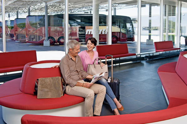 Reisegäste in der Lounge im Marti Car Terminal